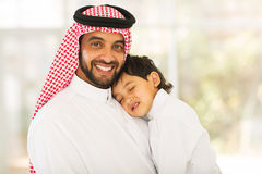 Bébé de sommeil de père Arabe Photos stock