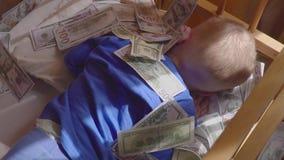 Bébé de sommeil et argent en baisse Richesse inattendue de concept Une grande victoire banque de vidéos