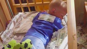 Bébé de sommeil et argent en baisse Richesse inattendue de concept Une grande victoire clips vidéos