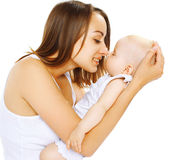 Bébé de sommeil sur la maman de mains Image libre de droits