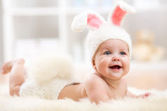 Bébé de sourire dans le costume de lapin Image libre de droits