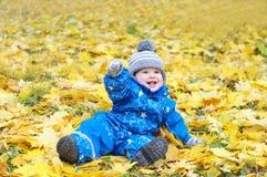 Bébé de sourire heureux dehors en automne Photographie stock