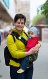 Bébé de transport de mère images stock