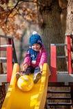 Bébé de trois ans heureux dans la veste sur la glissière Images libres de droits