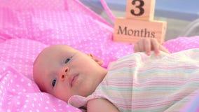 Bébé de trois mois se situant dans le berceau rose clips vidéos