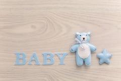 Bébé de Word et ours bleu de jouet Photos libres de droits