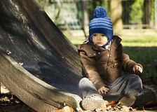 Bébé dehors en automne Images libres de droits