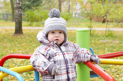 Bébé dehors en automne sur le terrain de jeu Photographie stock