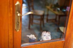 Bébé derrière la porte fermée photographie stock