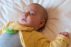 Bébé dormant avec la tétine Images stock