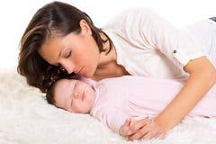 Bébé dormant avec soin de mère près Images stock