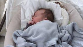 Bébé dormant dans le berceau banque de vidéos