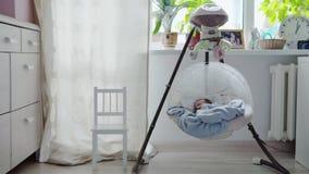 Bébé dormant dans le berceau de oscillation clips vidéos