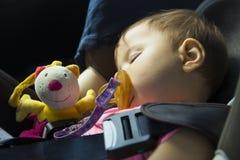 Bébé dormant dans le siège de voiture d'enfant Image libre de droits
