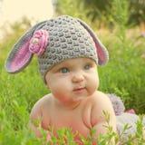 Bébé doux de lapin de Pâques dans l'herbe image libre de droits