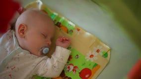 Bébé doux dormant dans la huche clips vidéos