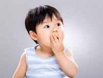 Bébé doux mangeant le biscuit photos libres de droits