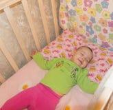 Bébé doux très gentil dormant dans la huche images libres de droits