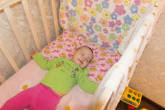 Bébé doux très gentil dormant dans la huche image libre de droits