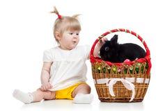 Bébé drôle avec le lapin de Pâques dans le panier image stock