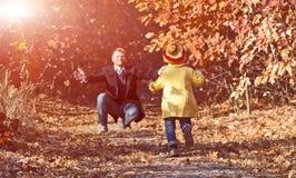 Bébé drôle courant vers son père sur Forest Trail Photos stock