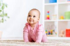 Bébé drôle de rampement à l'intérieur à la maison Photographie stock libre de droits