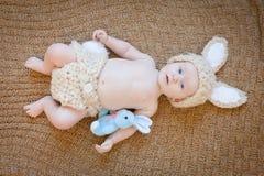 Bébé en Bunny Outfit Images libres de droits