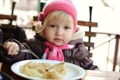 Bébé en café Images stock
