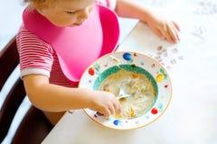 Bébé en gros plan mangeant de la soupe de nouilles végétale de cuillère concept de nourriture, d'enfant, d'alimentation et de dév photographie stock libre de droits