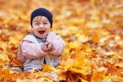 Bébé en parc d'automne Images libres de droits