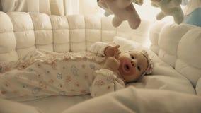 Bébé environ à dormir dans le berceau clips vidéos