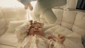Bébé environ à dormir dans son berceau banque de vidéos