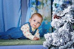 Bébé et arbre de Noël photos stock