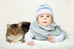 Bébé et chat - bons amis ! Images stock