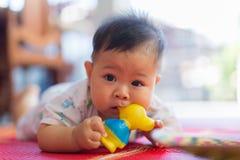 Bébé et le jouet en caoutchouc photos libres de droits