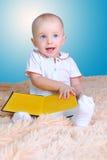 Bébé et livre Image stock