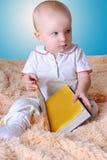 Bébé et livre Photos stock