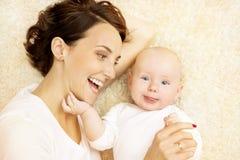 Bébé et mère, garçon heureux d'enfant de famille avec la maman, enfant de sourire Photos stock