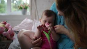 Bébé et mère riants détendant dans la chambre à coucher clips vidéos