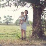 Bébé et mère sous l'arbre images libres de droits