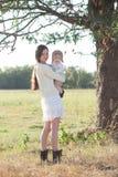 Bébé et mère sous l'arbre photographie stock libre de droits
