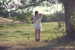 Bébé et mère sous l'arbre photo stock