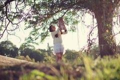 Bébé et mère sous l'arbre photo libre de droits