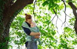 Bébé et mère sur la nature photo stock