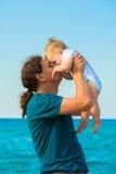 Bébé et père ayant l'amusement ensemble sur la plage photographie stock