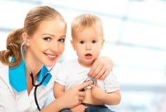 Bébé et pédiatre de docteur. le docteur écoute le coeur avec s Photographie stock