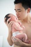 Bébé et papa nouveau-nés chinois asiatiques Image libre de droits