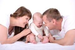 Bébé et parents images stock