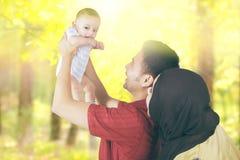 Bébé et parents mignons à la forêt d'automne Images stock