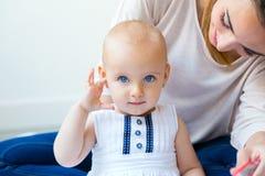 Bébé et sa mère jouant à la maison Photographie stock libre de droits